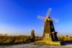 Traditionelle niederländische alte hölzerne Windmühle in Zaanse Schans - Museumsdorf in Zaandam Stockfotografie