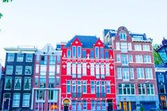 Traditionelle niederländische Gebäude und Wohnblöcke herein in altem Amsterdam, die Niederlande Lizenzfreies Stockfoto