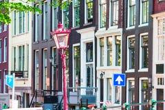 Traditionelle niederländische Gebäude und Wohnblöcke herein in altem Amsterdam, die Niederlande Stockfoto