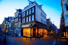 Traditionelle niederländische mittelalterliche Häuser in Amsterdam am Abend, die Niederlande Lizenzfreie Stockfotos
