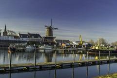 Traditionelle niederländische Windmühle mit seinem Haus Stockbilder