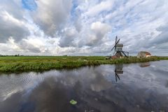 Traditionelle niederländische Windmühle mit seiner Scheune stockfotos