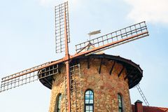 Traditionelle niederländische Windmühle nahe dem Kanal netherlands stockbilder