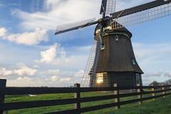 Traditionelle niederländische Windmühle unter einem schönen bewölkten Himmel Lizenzfreies Stockfoto