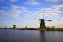Traditionelle niederländische Windmühle während der langen Belichtung des Sonnenaufgangs Stockfotos