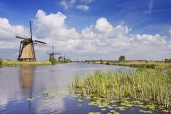 Traditionelle niederländische Windmühlen an einem sonnigen Tag beim Kinderdijk stockbilder