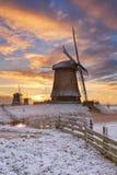 Traditionelle niederländische Windmühlen im Winter bei Sonnenaufgang stockbild