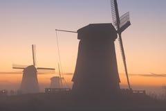 Traditionelle niederländische Windmühlen im Winter bei Sonnenaufgang lizenzfreie stockfotografie