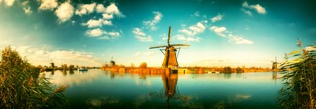 Traditionelle niederländische Windmühlen am sonnigen Tag, die Niederlande stockfotos
