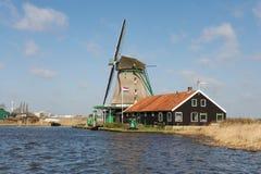 Traditionelle niederländische Windmühle nahe dem Fluss, die Niederlande Lizenzfreies Stockbild