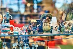 Traditionelle norwegische Schleppangel stellt am Anzeigenfenster eines Andenkensouvenirladens dar Lizenzfreies Stockfoto