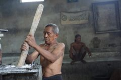 Traditionelle NudelArbeiter in Yogyakarta, Indonesien stockfotos