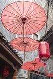 Traditionelle orientalische chinesische rote Laternen und Regenschirme stockbilder