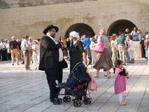 Traditionelle orthodoxe judaische Familie auf dem Quadrat vor Stockfoto