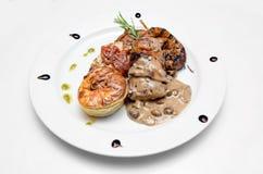 Traditionelle Platte des Fleisches auf Weiß lokalisiertem Hintergrund Lizenzfreie Stockbilder