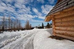 Traditionelle polnische Hütte im zakopane während des Winters Lizenzfreies Stockfoto