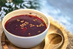 Traditionelle polnische Suppe - roter Borschtsch - Weihnachten oder Ostern-Dekorationen stockfotos