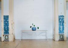 Traditionelle portugiesische azulejo Tonwaren und Anlage mit azulejo Fliesen auf den Seiten - symmetrisch lizenzfreie stockfotografie