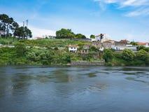 Traditionelle portugiesische Häuser auf Banken von Allee-Fluss, Vila do Conde, Porto, Portugal stockfoto
