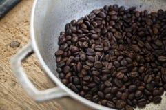 Traditionelle Röstung des Kaffees in Kolumbien lizenzfreie stockbilder