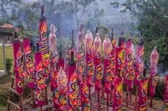 Traditionelle Rauchkerzen, die für Chinesisches Neujahrsfest hinter Tempel brennen stockfotos