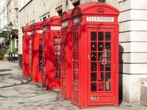 Traditionelle rote Roheisen-Telefonzellen Lizenzfreie Stockfotografie