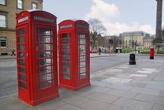 Traditionelle rote Telefonstände der alten Art Lizenzfreie Stockfotos