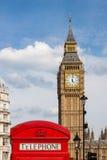 Traditionelle rote Telefonzelle und Big Ben in London, Großbritannien lizenzfreies stockbild