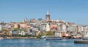 Traditionelle ruckartig bewegende Boote des Schnellimbisses, die Fischsandwiche bei Eminonu, Istanbul, die Türkei dienen Stockfotografie