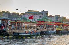 Traditionelle ruckartig bewegende Boote des Schnellimbisses, die Fischsandwiche bei Eminonu, Istanbul, die Türkei dienen Lizenzfreies Stockfoto
