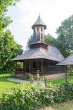 Traditionelle rumänische orthodoxe hölzerne Kirche lizenzfreie stockbilder