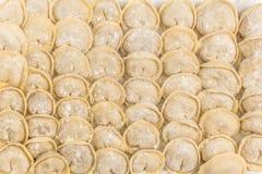 Traditionelle russische handgemachte Mehlklöße eingefroren auf dem Brett russ Lizenzfreie Stockfotos