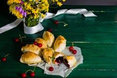 Traditionelle russische Küche: Kuchen mit Sauerkirschen lizenzfreies stockbild