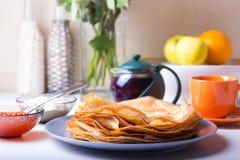 Traditionelle russische Pfannkuchen mit Kaviar und Sauerrahm Shrovetide Stockfotografie