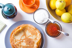 Traditionelle russische Pfannkuchen mit Kaviar und Sauerrahm Shrovetide Lizenzfreie Stockfotos