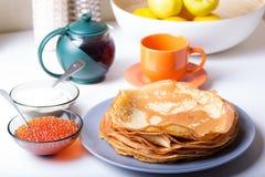 Traditionelle russische Pfannkuchen mit Kaviar und Sauerrahm Shrovetide Stockfoto