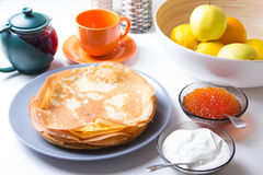 Traditionelle russische Pfannkuchen mit Kaviar und Sauerrahm Shrovetide Stockbilder