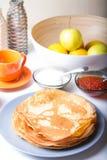 Traditionelle russische Pfannkuchen mit Kaviar und Sauerrahm Shrovetide Lizenzfreies Stockbild