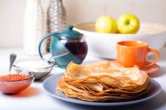 Traditionelle russische Pfannkuchen mit Kaviar und Sauerrahm Shrovetide Stockbild