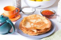 Traditionelle russische Pfannkuchen mit Kaviar und Sauerrahm Shrovetide Stockfotos