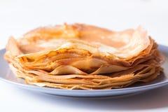 Traditionelle russische Pfannkuchen mit Kaviar und Sauerrahm Shrovetide Lizenzfreies Stockfoto