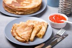 Traditionelle russische Pfannkuchen mit rotem Kaviar Stockbild