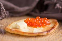 Traditionelle russische Pfannkuchen mit rotem Kaviar Lizenzfreies Stockfoto