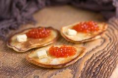 Traditionelle russische Pfannkuchen mit rotem Kaviar Lizenzfreie Stockfotografie
