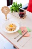 Traditionelle sahnige Spaghettis Carbonara mit Eigelb, Käse und Speck Stockfotografie