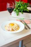 Traditionelle sahnige Spaghettis Carbonara mit Eigelb, Käse und Speck Stockbild