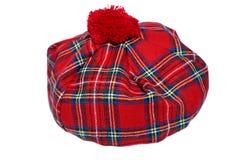 Traditionelle schottische rote Schottenstoff-Mütze lizenzfreie stockfotos