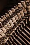 Traditionelle Schreibmaschinenbriefbeschwererarme Lizenzfreie Stockbilder