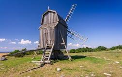 Traditionelle schwedische alte Windmühle auf Oland-Insel Lizenzfreie Stockfotos