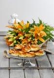 Traditionelle schwedische Brötchen auf Holztisch Lizenzfreies Stockbild